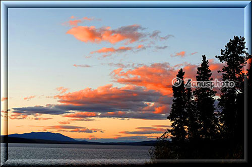 Rote Wolken beim Sunset am Simpson Lake