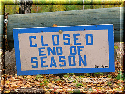 Closed, End of Season, Schild am Sambaa Deh Campground