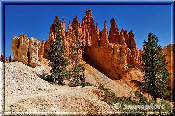 Wanderer vor imposanter Hoodooformation.