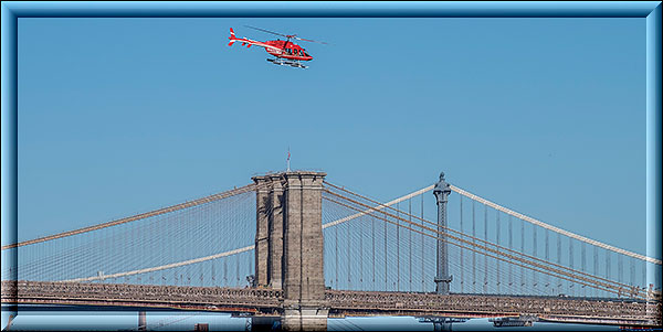 Helicopter über der Brooklyn Bridge