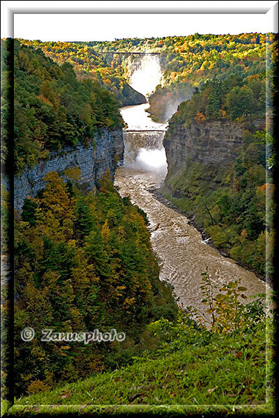 Ansicht des Letchworth Canyons mit Falls