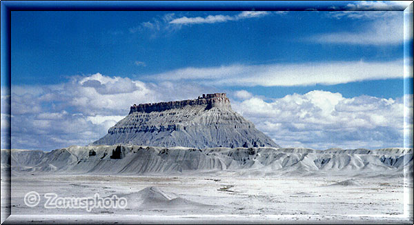 Factory Butte am Highway 24 nahe Cainville gelegen